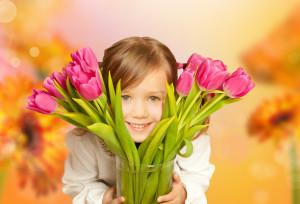 kleines mädchen mit tulpen